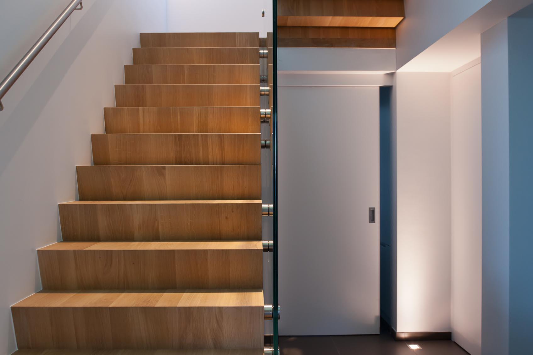 vloerspot onder moderne trap
