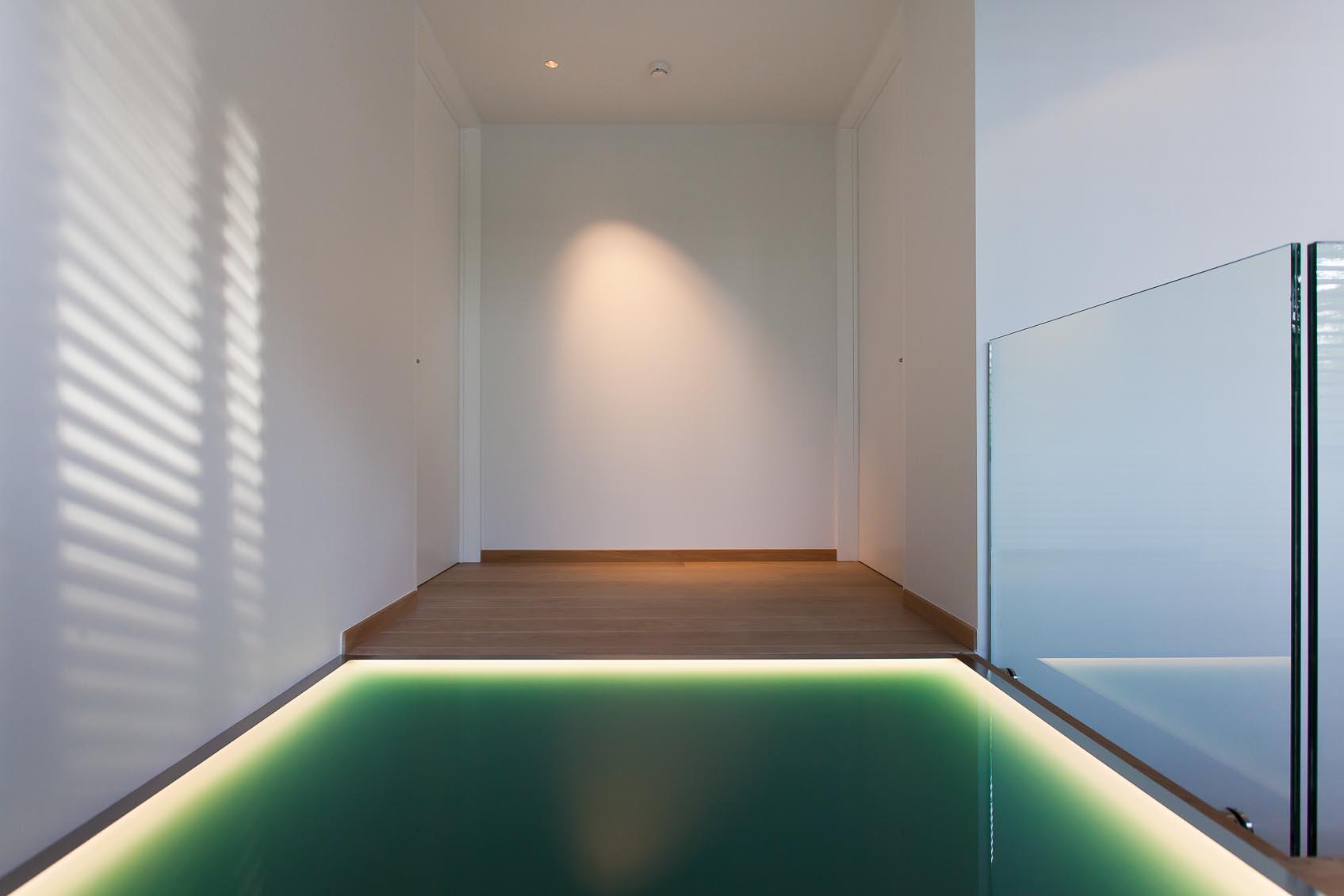 led licht lijn in glazen vloer