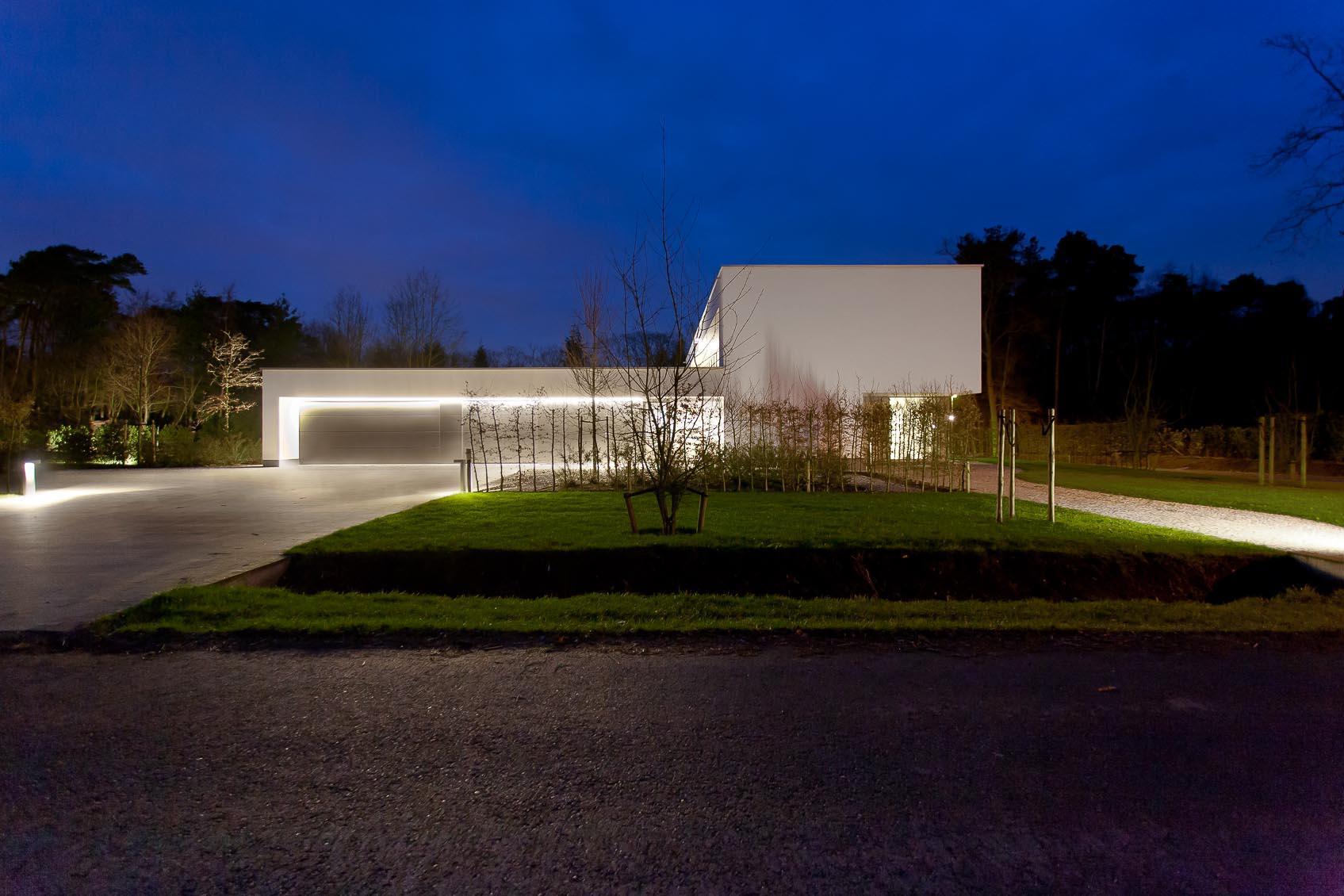 Witte architecturale woning met warme lichtsfeer - Buitenverlichting gevelhuis ...