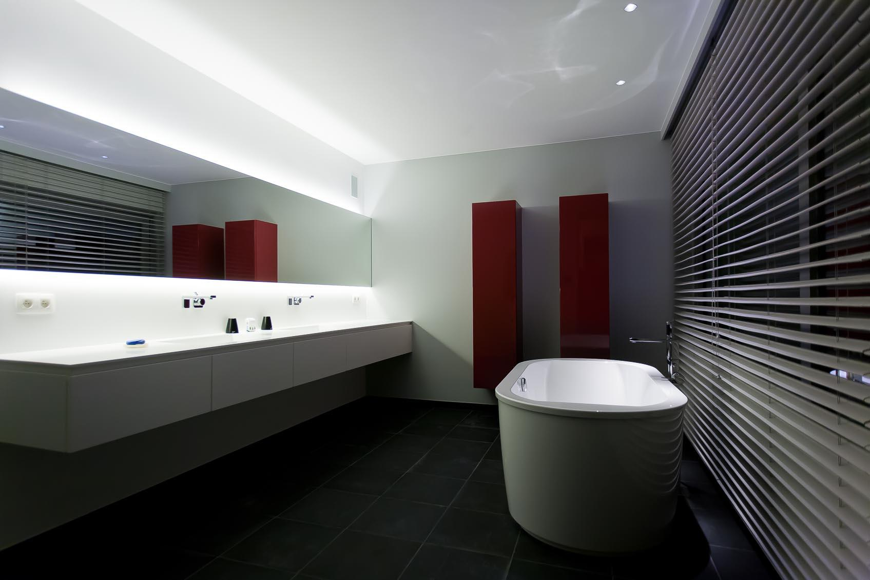 moderne strakke badkamer met indirecte led spiegelverlichting up en down
