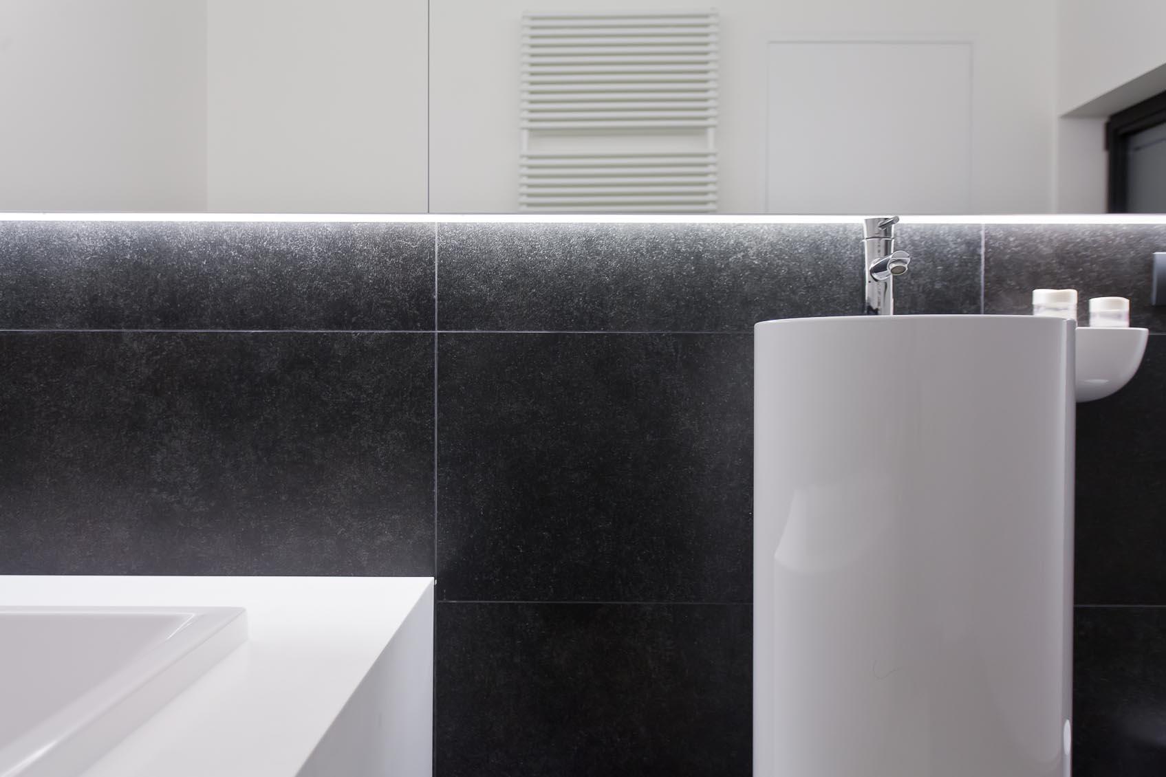 lichtstudie door lichthuis geeft juiste sfeer in badkamer van deze moderne woning