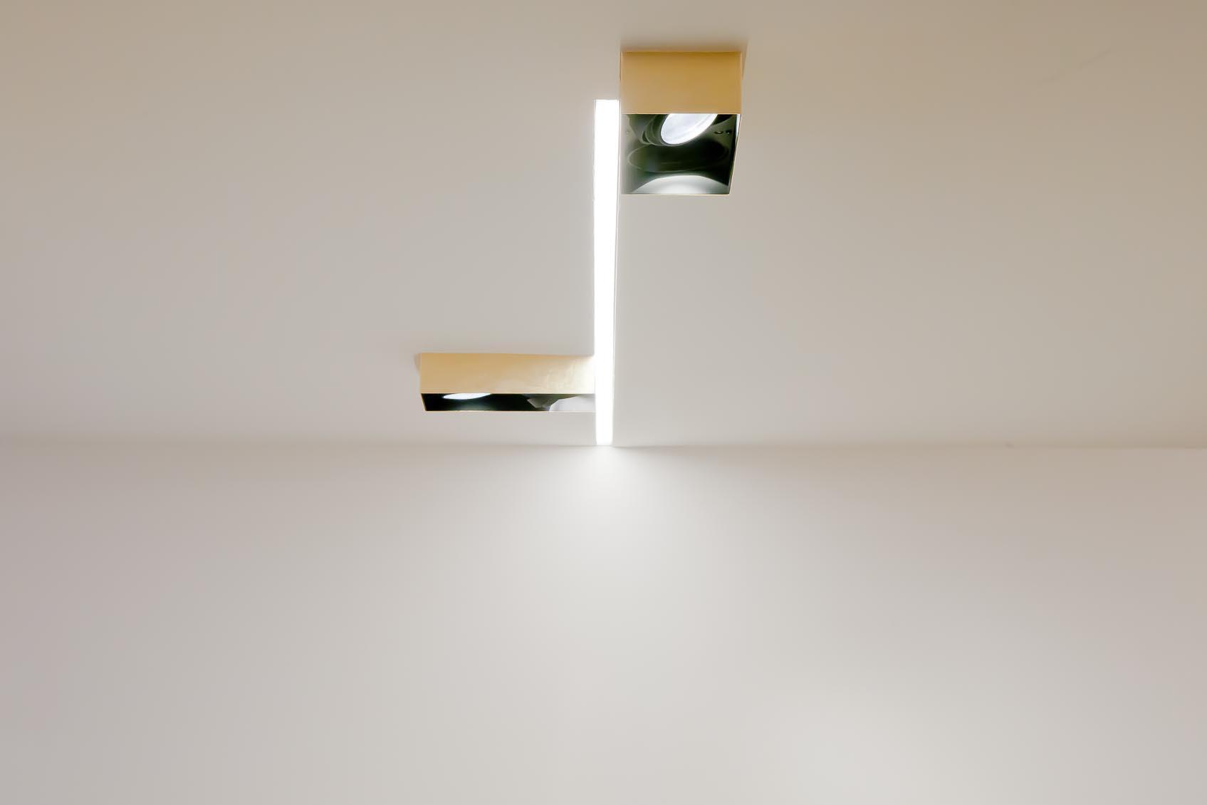 creatieve combinatie verlichtingsarmaturen, inbouw led lichtlijn en bernd beisse opbouwspot in bladgoud