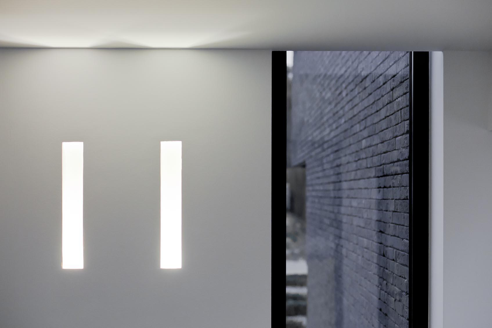 strakke lichtoplossing door naadloze inbouw wandlamp in plaaster voor nieuwbouwwoning