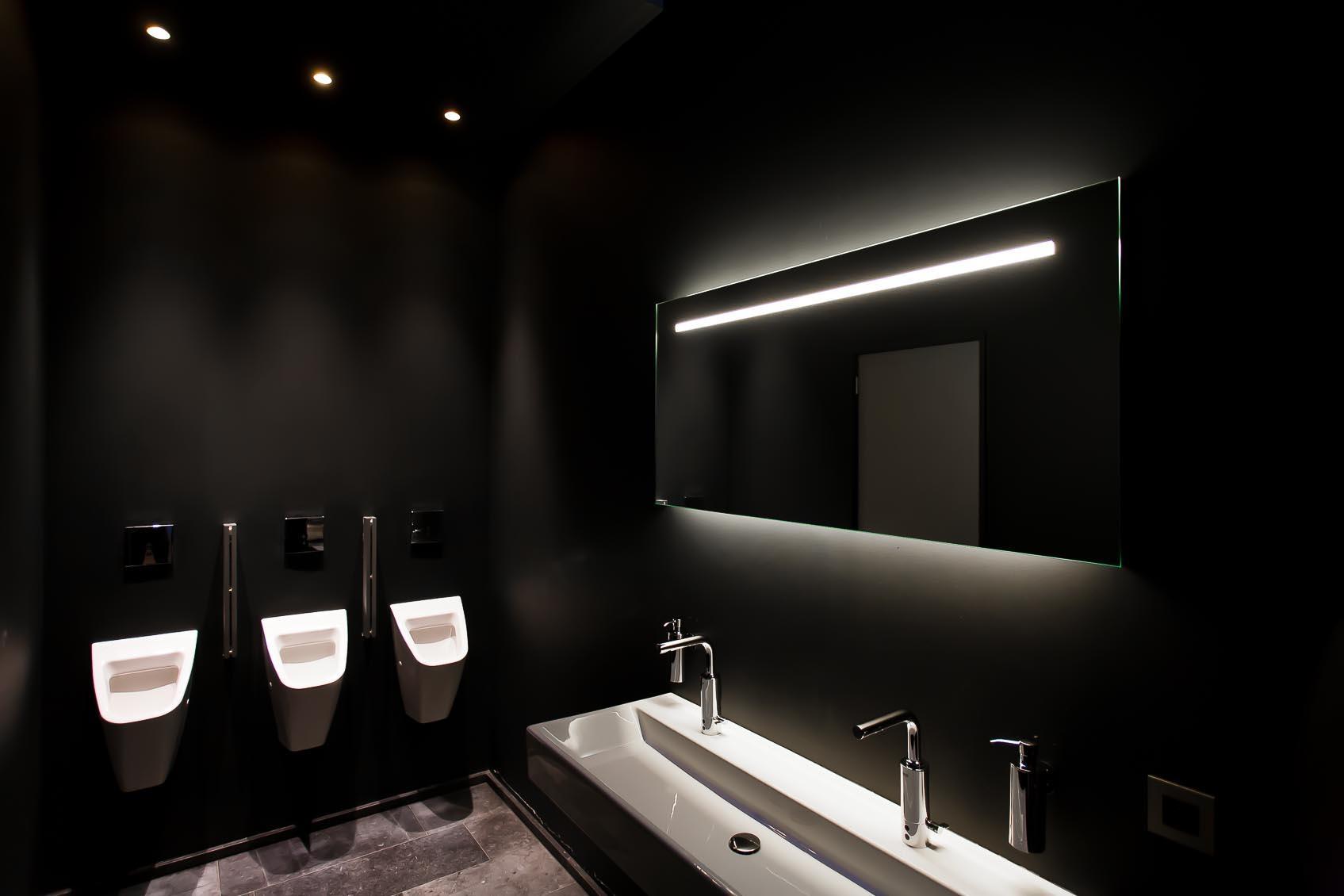creatief met licht in dit zwart interieur, accent op sanitair