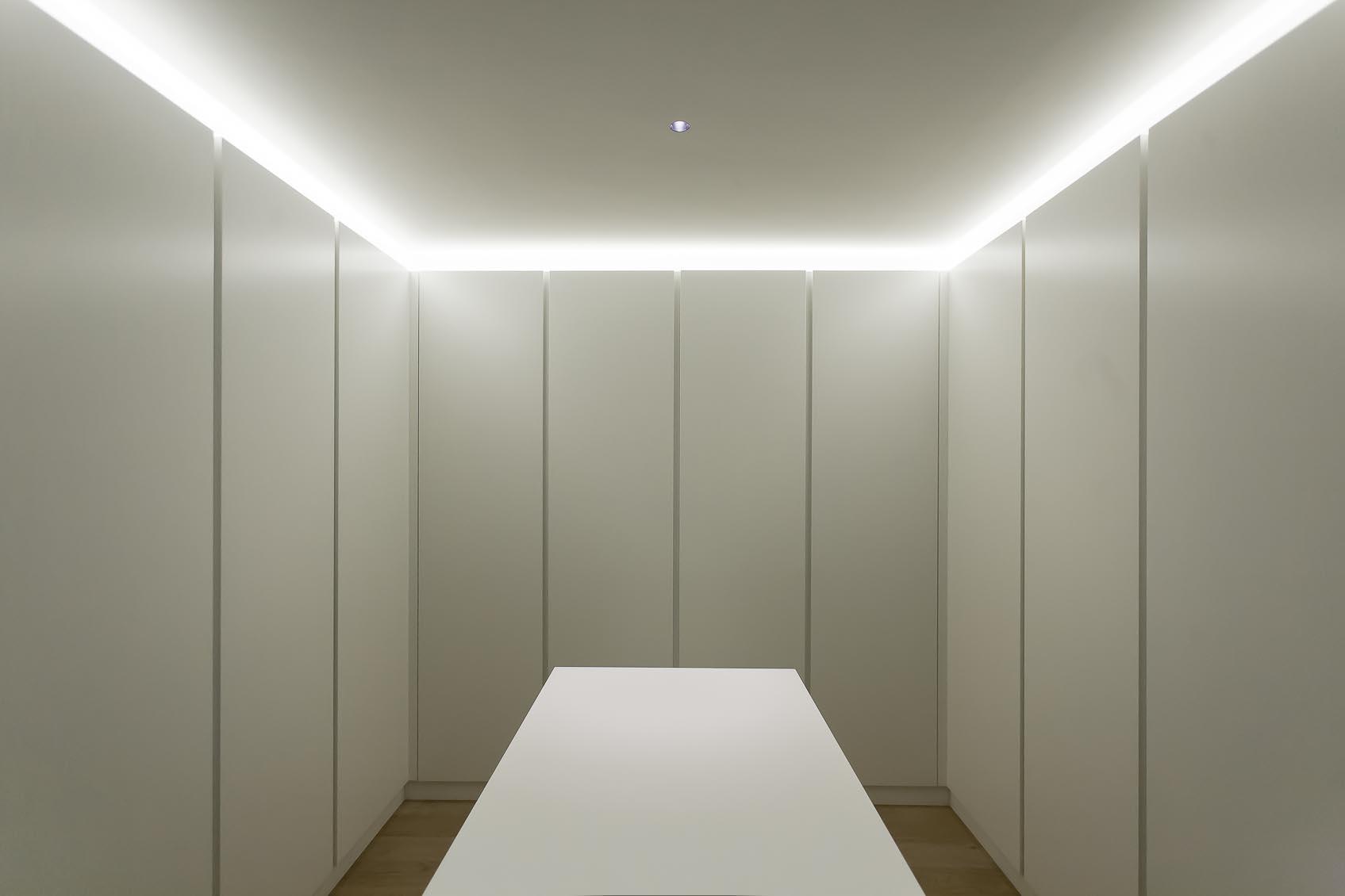 Witte architecturale woning met warme lichtsfeer for Led verlichting badkamer plafond