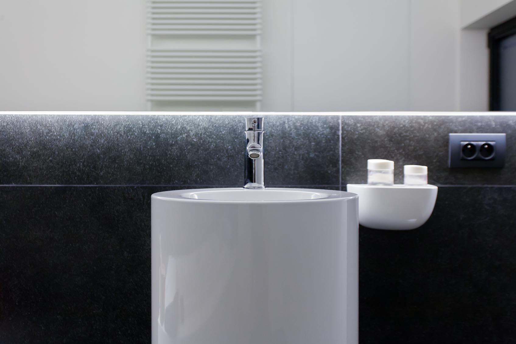 indirecte ledverlichting achter spiegel is maatwerk gerealiseerd door lichthuis mol belgië