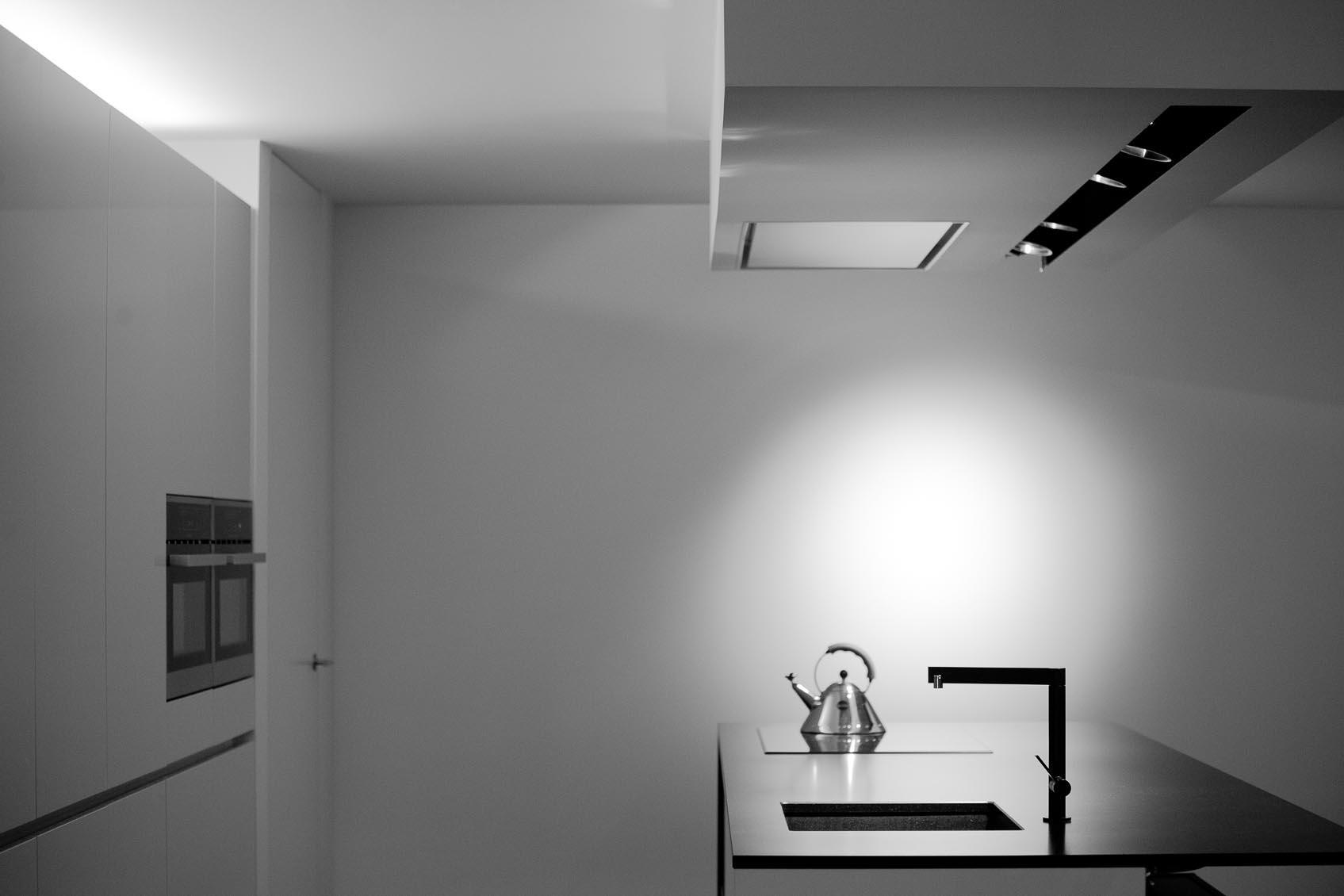 de keuken krijgt een architecturale lichtsleuf 094 van viabizzuno met verdoken richtbare spots als ideale werkverlichting