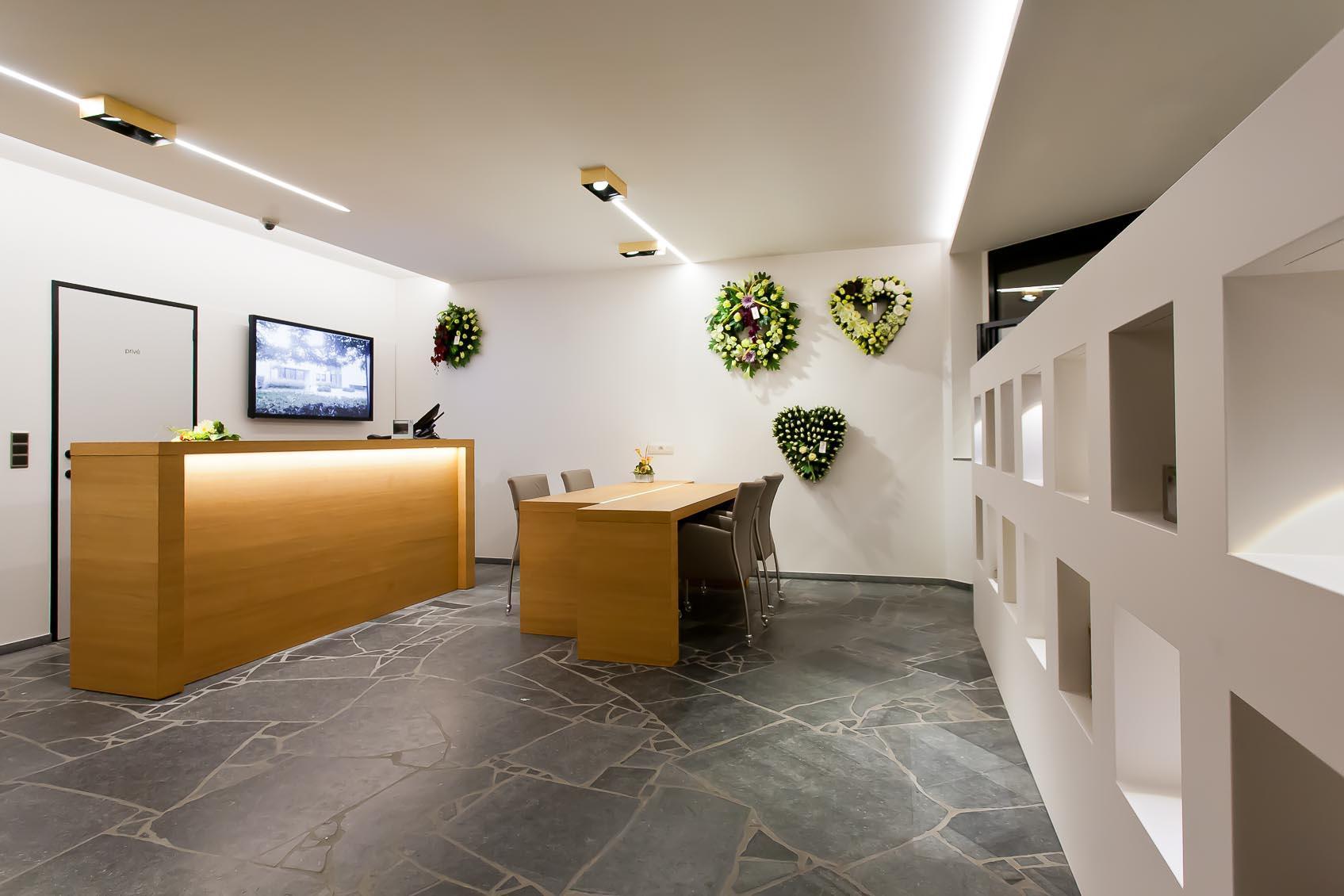 Kransenwinkel en kistenwinkel werden creatief verlicht naar lichtadvies Lichthuis Mol