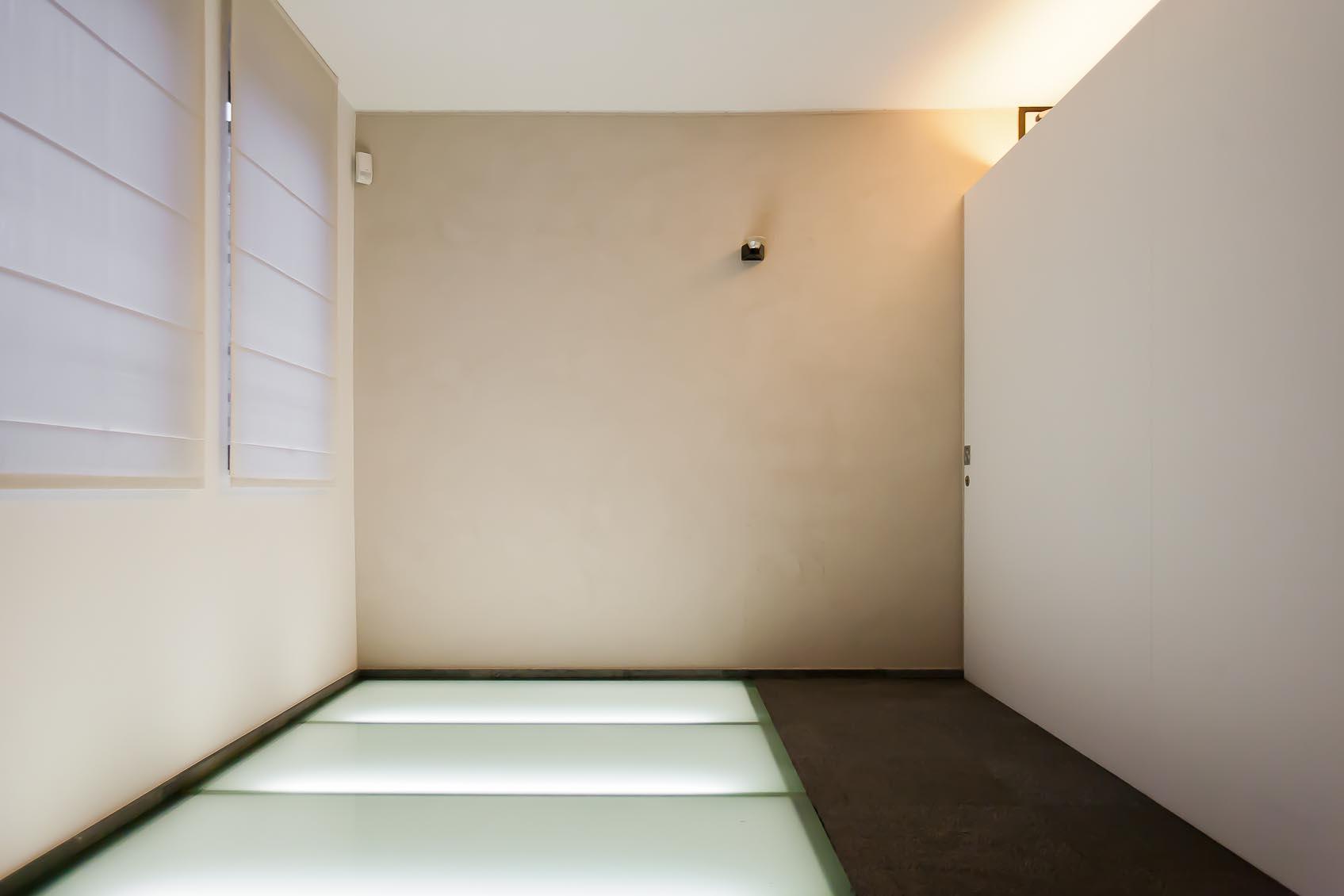 Door lichtadvies in ontwerpfase is licht in glazen vloer constructief mee geconstrueerd