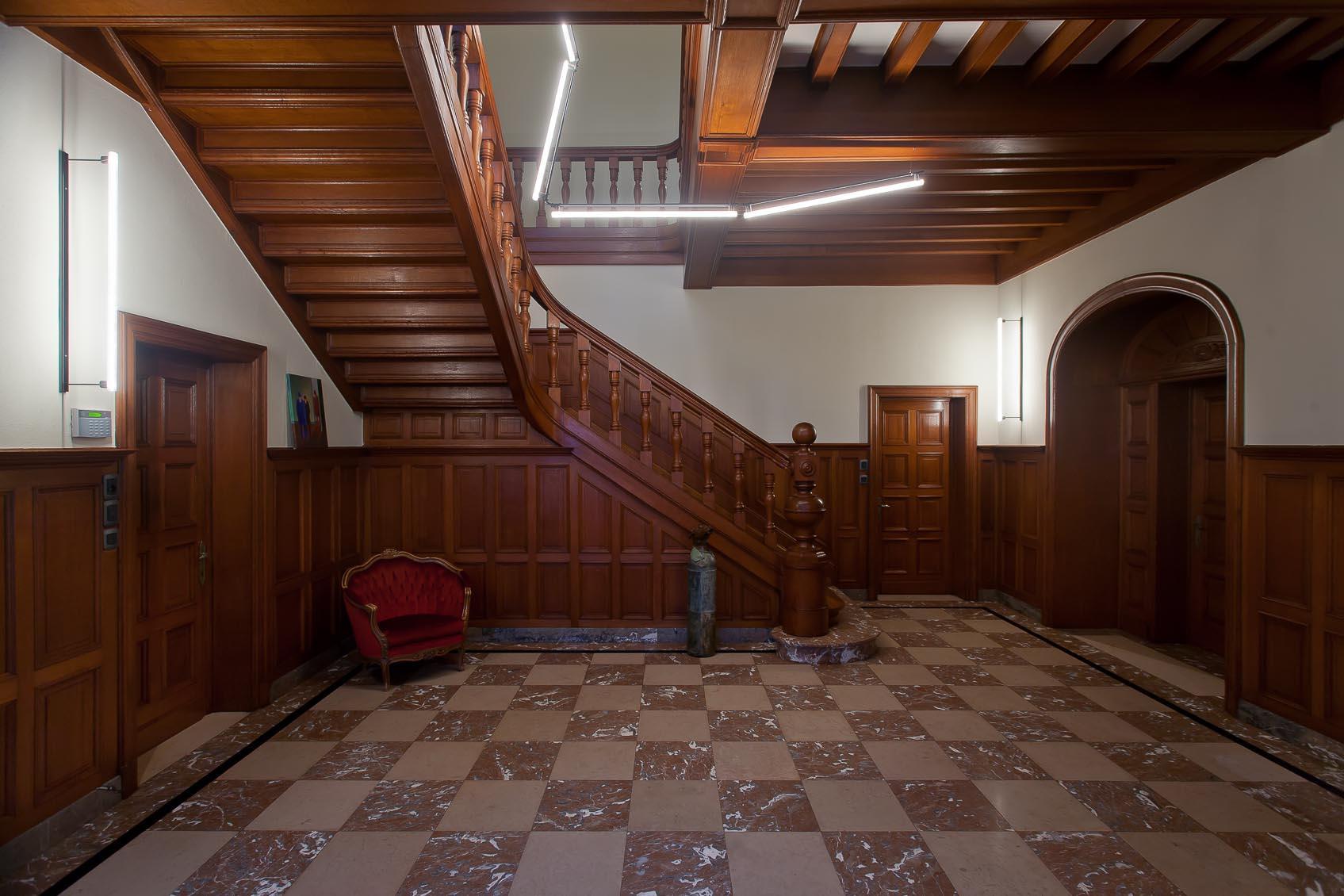 Sfeer door licht in authetiek kasteelruimte door maatwerk lichtoplossing linestra's van Jan Pauwels