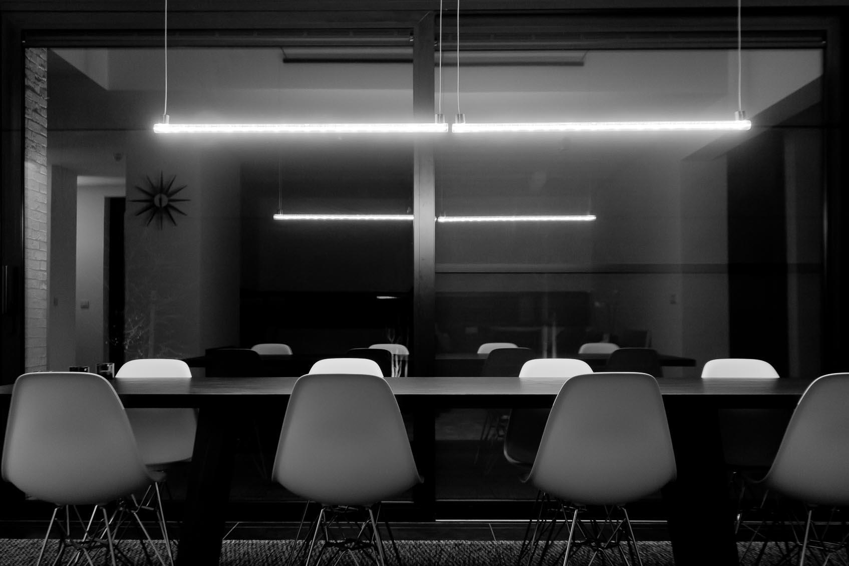 klassevol, warm en sobere verlichting in strakke woning, maatwerk lichtoplossing in samenwerking met jan pauwels, lichtkunstenaar