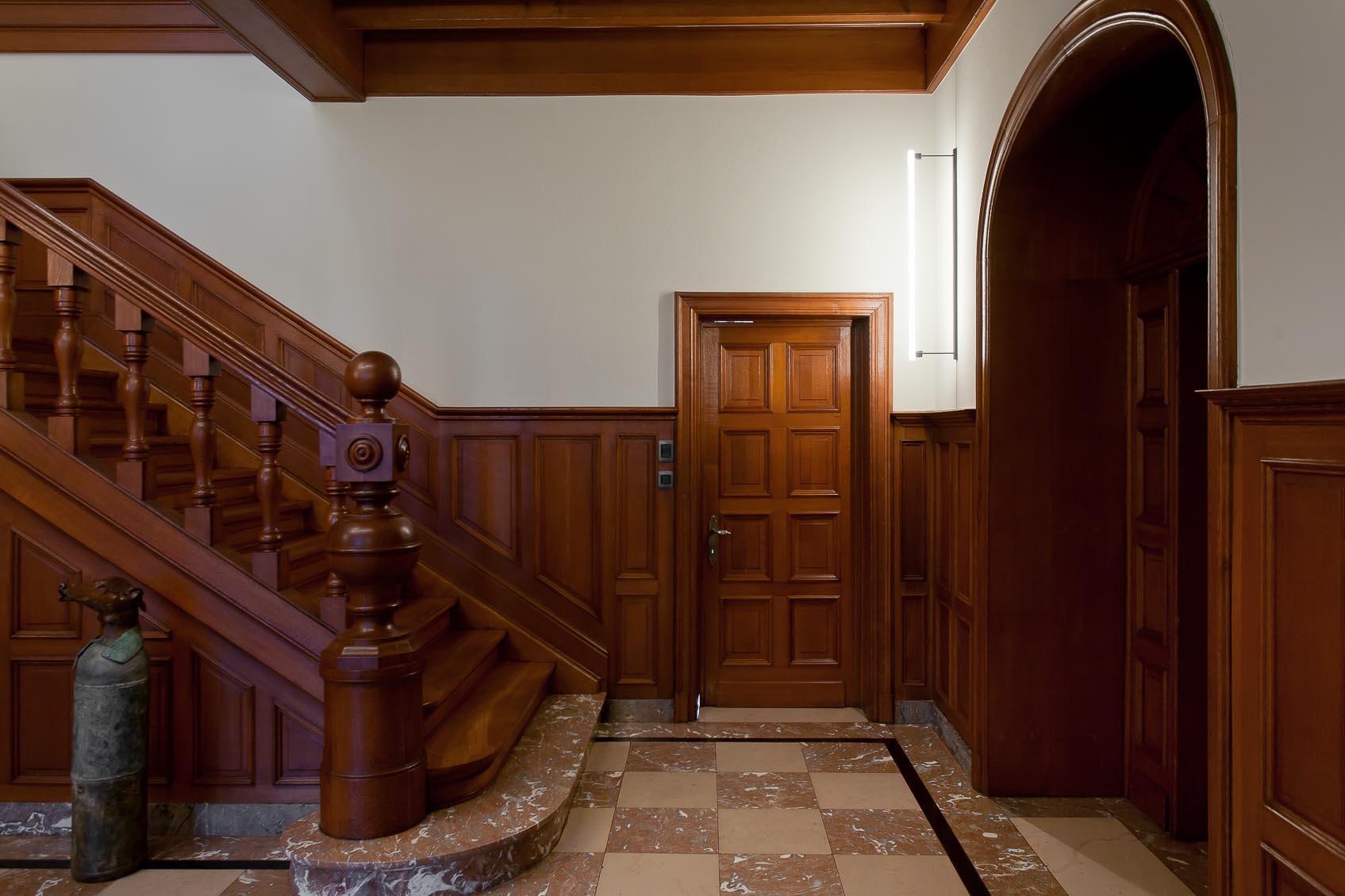 sfeervolle verlichting in klassiek interieur op een hedendaagse wijze toegepast