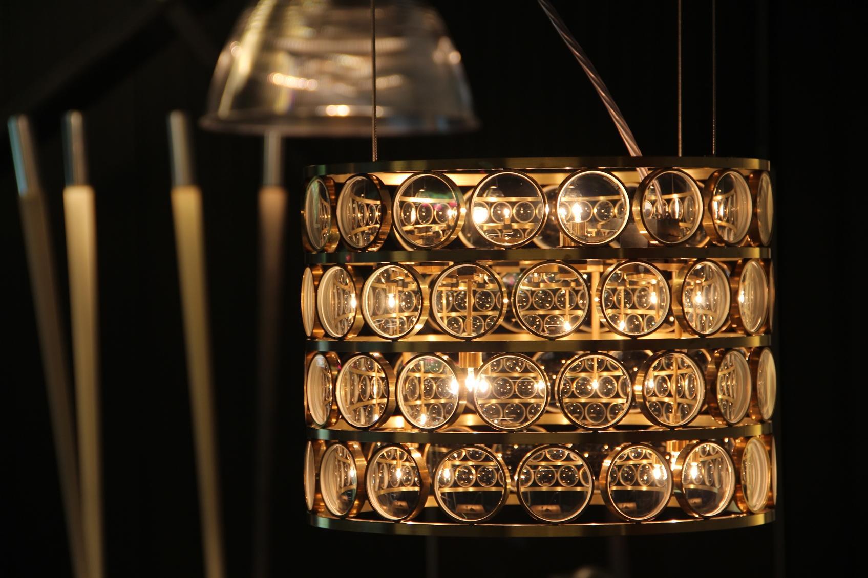 Viabizzuno alvaline hanglamp 'da ma ' in de toonzaal van Lichthuis Mol