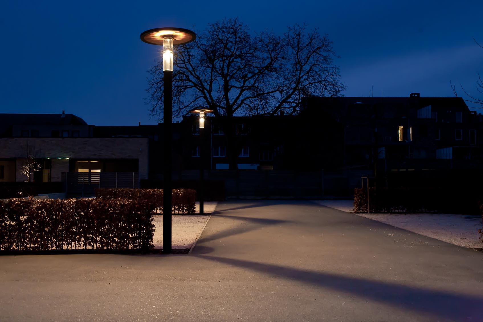 De parking verlicht door viabuzzuno 'Palo Di Zurigo' verlichtingselement met bijzondere lichtverdeling