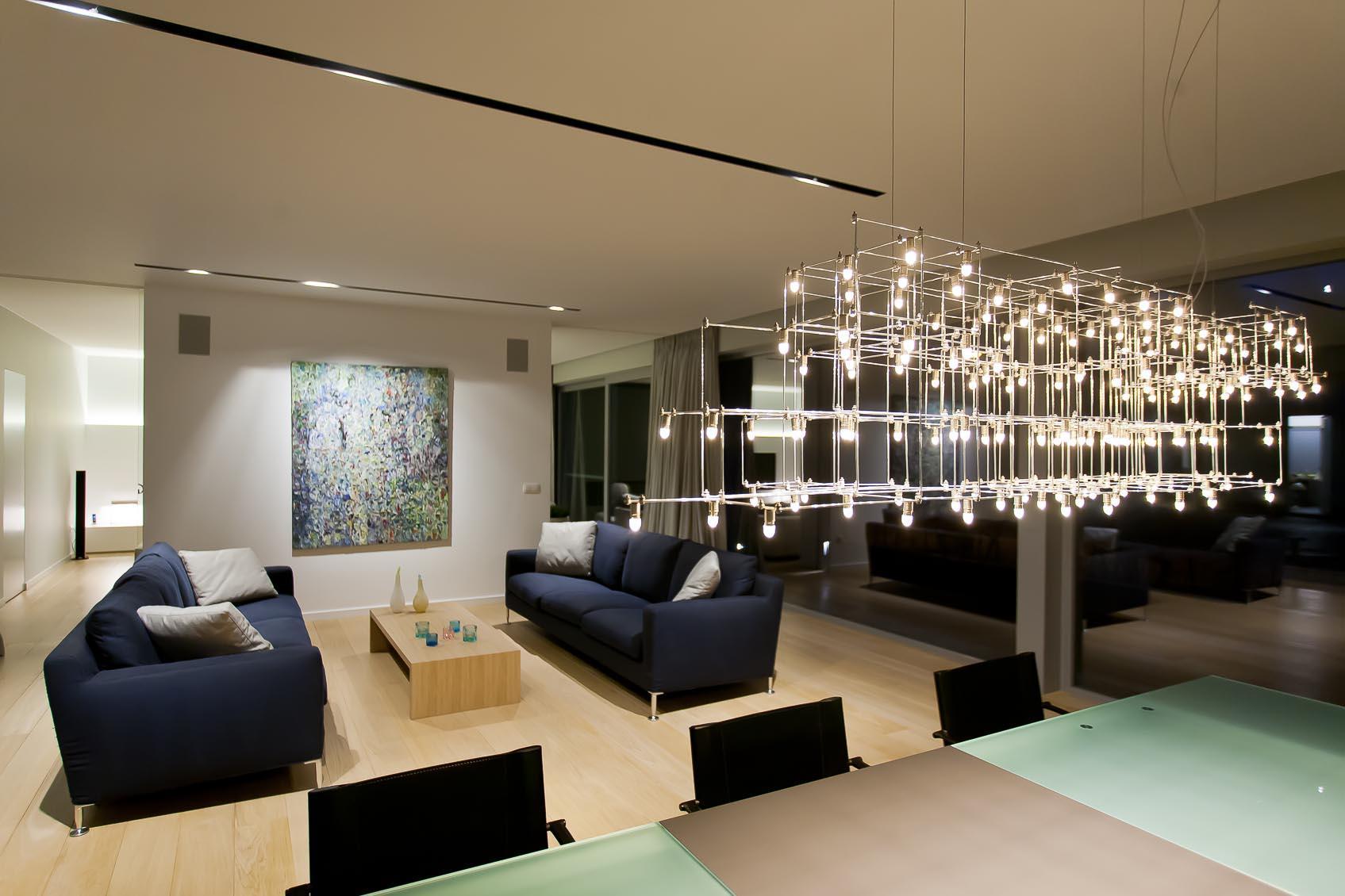 kunstzinnig maatwerk lichtobject jan pauwels zorgt voor de juiste warme sfeer in strakke woning