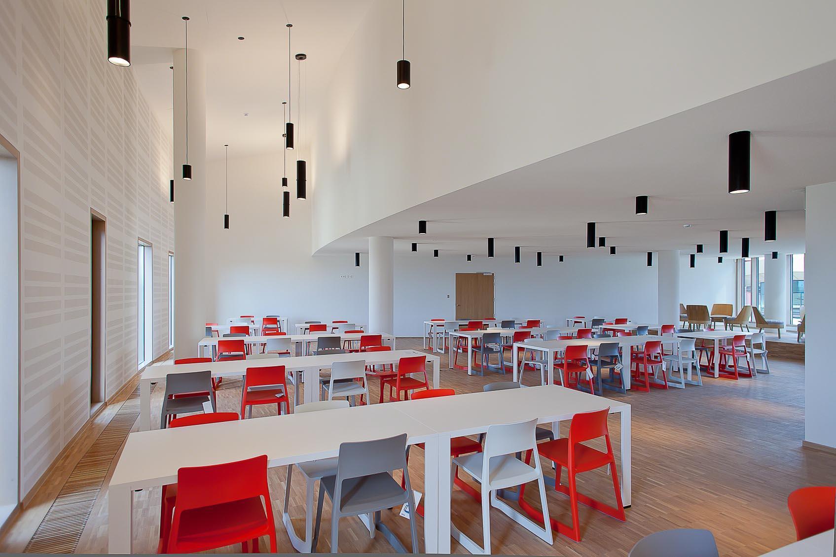 Speels architecturaal lichtconcept in wit zwart rood concept in eetzaal nac