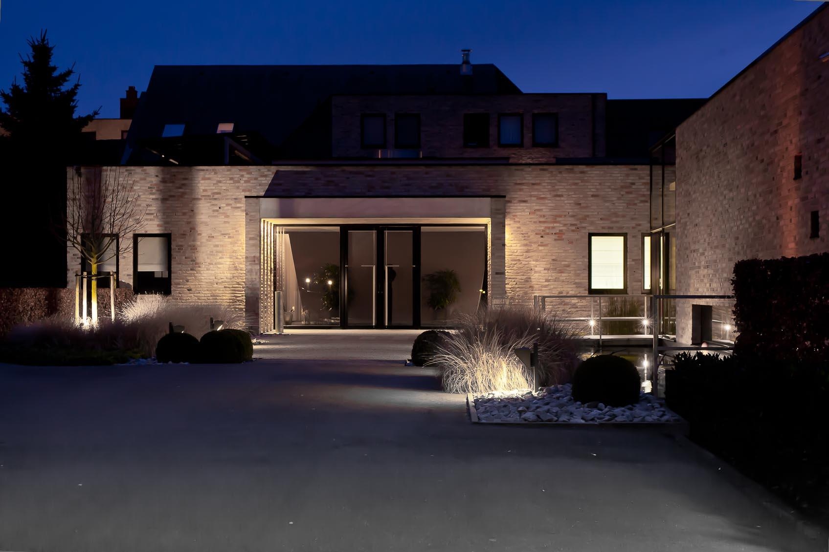 Warme toegang door de juiste buitenverlichting vanaf parking naar inkom funerarium