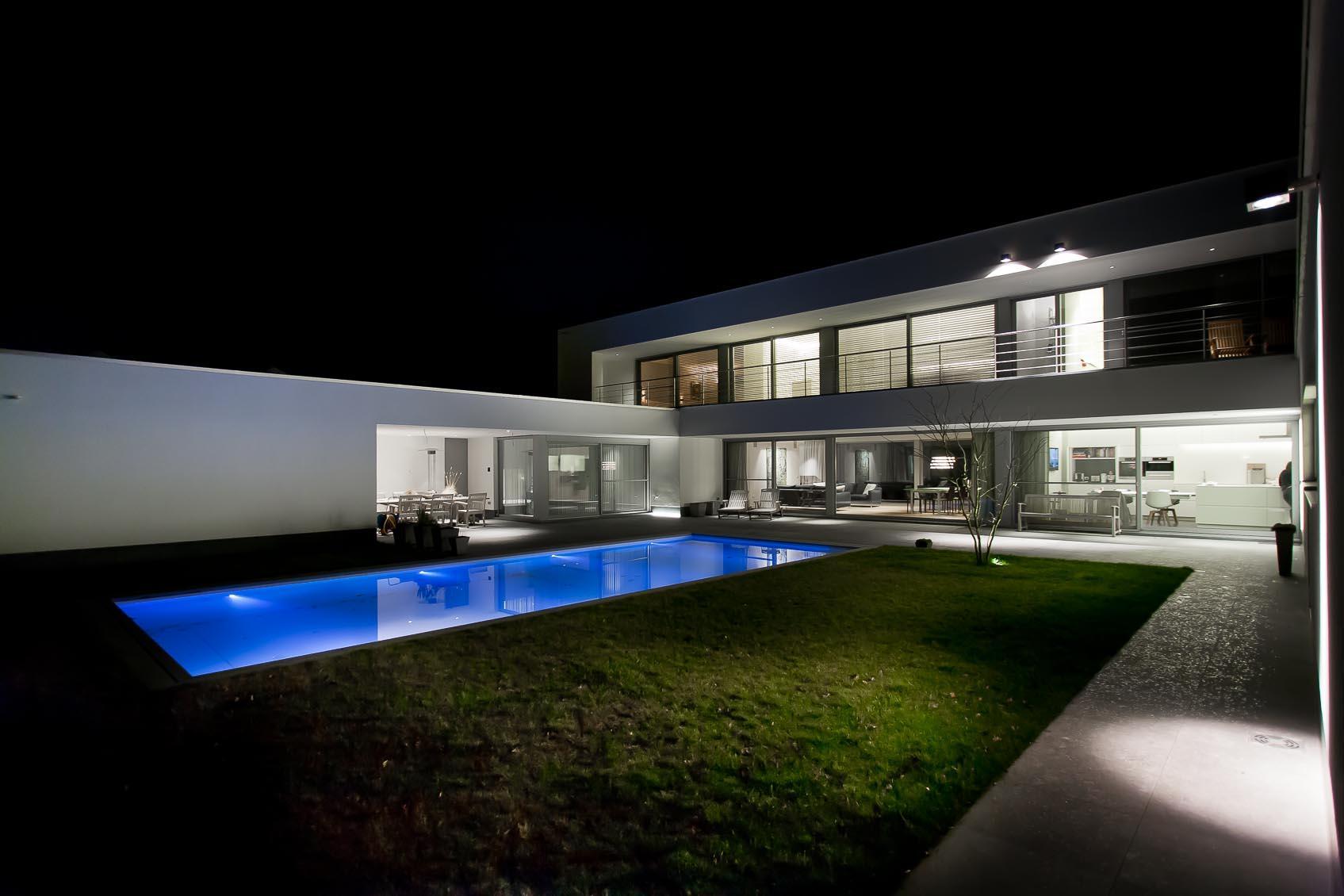 cubo buitenspot aan gevel moderne witte woning zorgt voor aangename sfeer terras