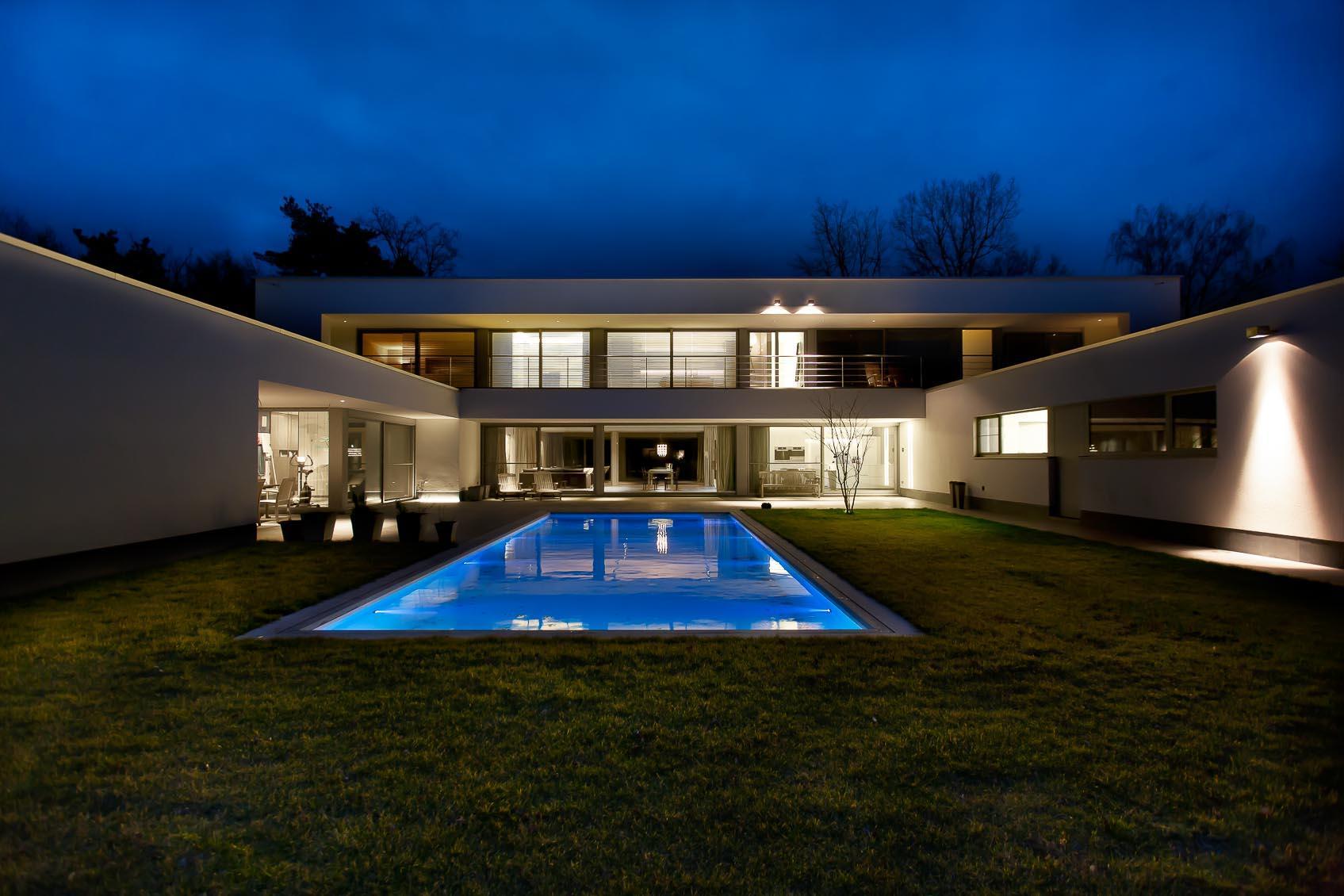 architecturale verlichting aan buitengevel met viabizzuno cubo wandverlichting