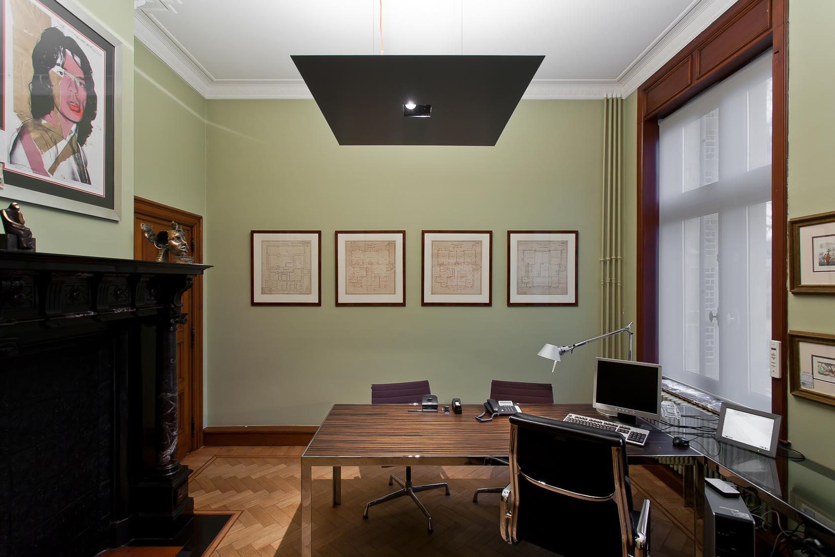 Viabizzuno M7 hanglamp met een indirecte basisverlichting en accentverlichting naar bureau geadviseerd door Lichthuis Mol
